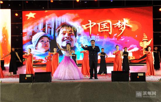 7月16日晚,滨州万达广场人山人海、歌舞飞扬。