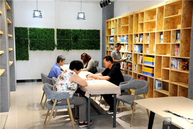 周末和节假日,图书馆成为市民读书的好去处。