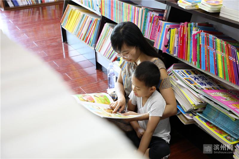 """端午假期,博兴县的许多人们来到当地新华书店畅游书海,寻觅""""书香"""",从中增长知识、陶冶情操,享受阅读的快乐。"""