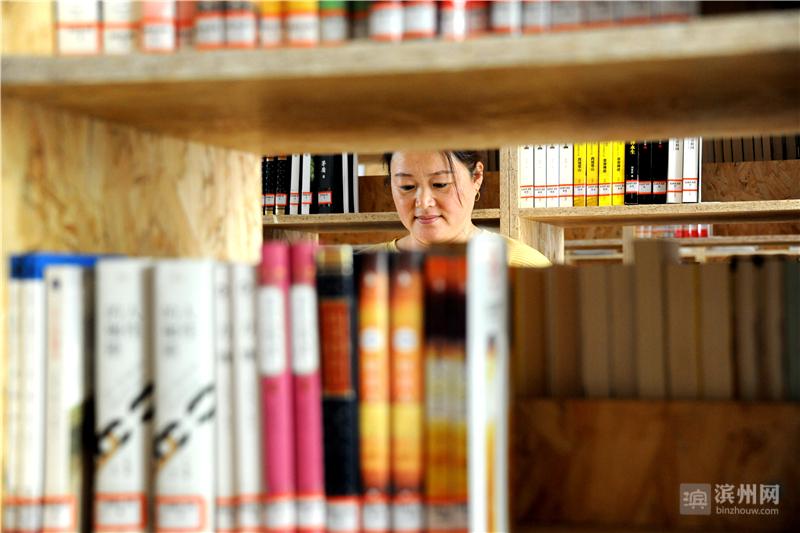 图书馆(室)书籍丰富多彩,可满足不同层次、不同群体的阅读需求。