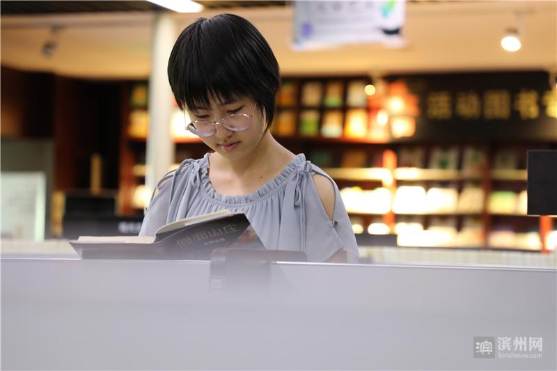 6月9日,在博兴县新华书店,一名读者在阅读图书。