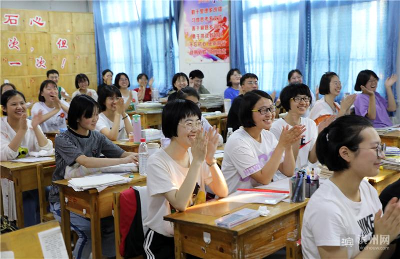"""6月8日下午,高考落幕,博兴县第三中学高三(1)班的45名同学返回教室,开起了""""离别班会""""。"""