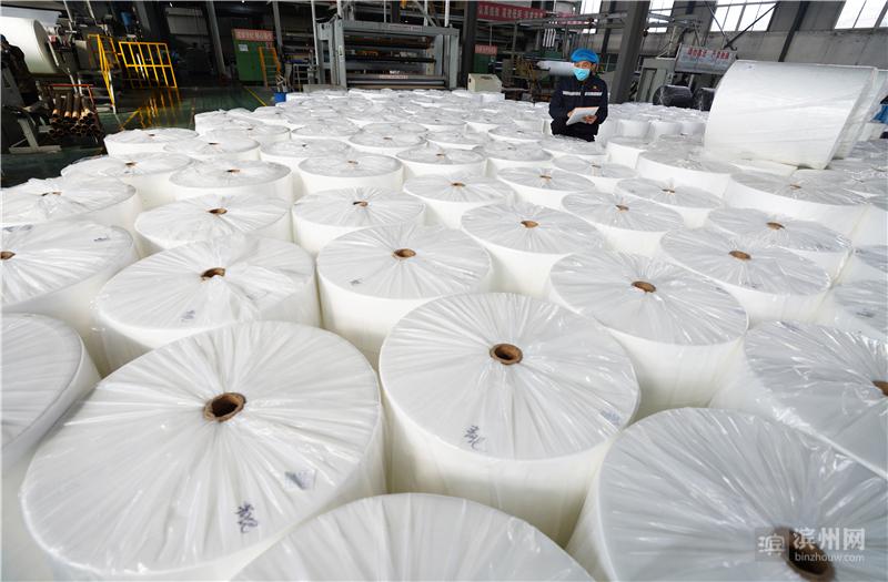 2月11日,邹平市好生街道华强无纺布工厂工人在清点打包好的无纺布,准备销售。
