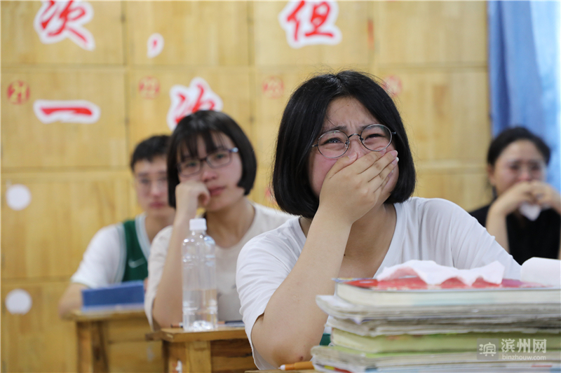 """同学们在""""离别班会""""上留下难舍的泪水。"""