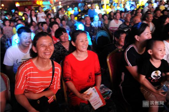 观众们尽享视听盛宴。
