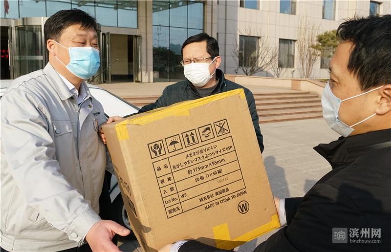 开发区工作人员给复工企业送来防护物资。