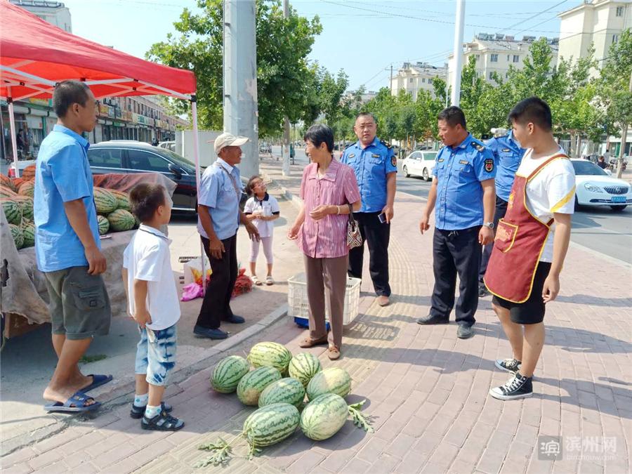 近日,滨城区滨北街道综合行政执法中队强化对流动摊贩占道经营管理力度,确保居民出行安全、畅通。