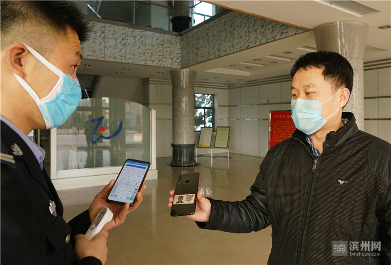 在滨州魏桥科技工业园,职工测量体温后,扫码即可方便快速进入园区。