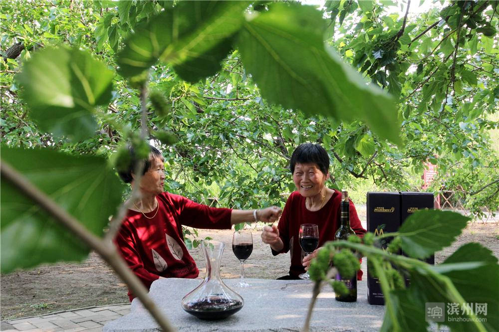 """一对60岁的双胞胎姐妹在古桑园拍抖音""""姐俩好""""。"""