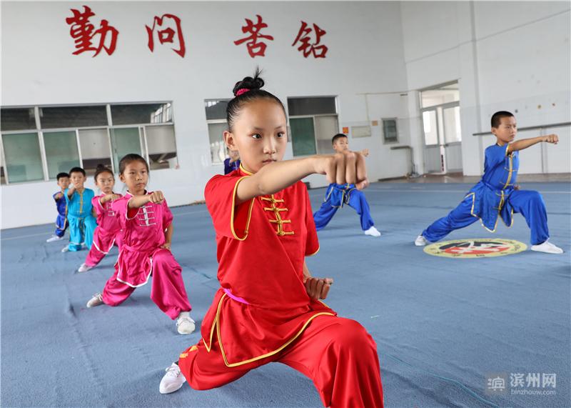 暑假期间,博兴县的许多小学生选择学习武术,参加武术技能体育锻炼,感受武术的博大精深和传统魅力。