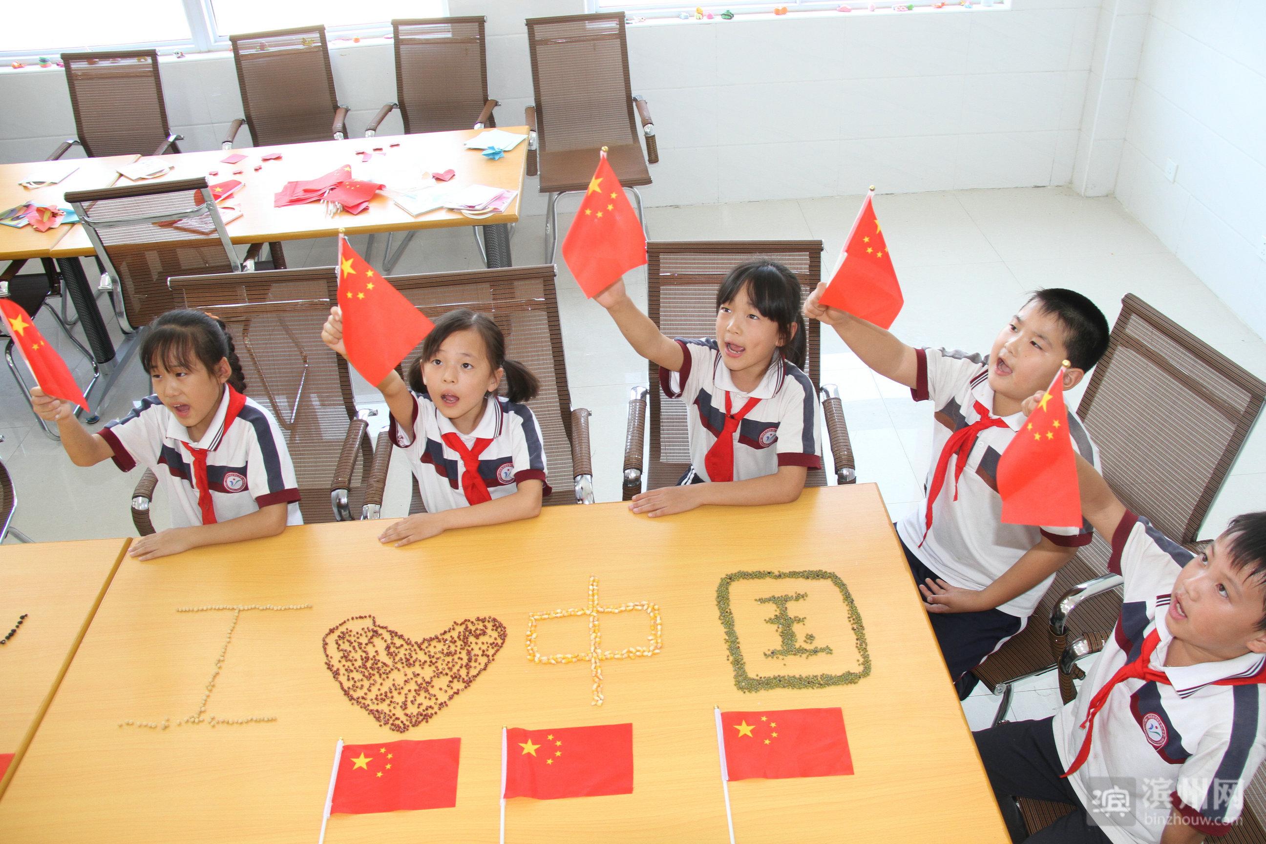 """爱心拼成""""我爱中国"""""""